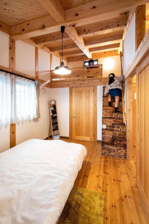 安形【デザイン住宅、自然素材、ペット】2階の寝室はロフト付き。ロフトに上がる階段は段の下が階段ダンスになっていて、小物を飾って楽しめる。寝室をはじめ、室内の天井はすべてヒノキの間伐材を利用したパネル。木を斜めに張ってあるので、地震の際の横揺れを防ぐ効果がある