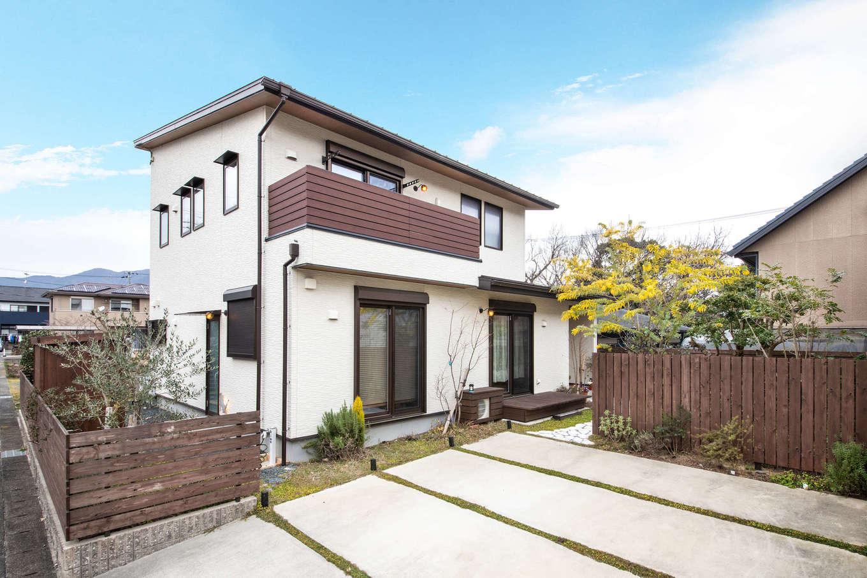 安形【デザイン住宅、自然素材、ペット】建物は認定長期優良住宅。高気密・高断熱で省エネ性も高い。外観は庭の緑が引き立つようにシンプルにデザイン