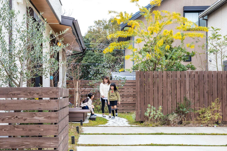 安形【デザイン住宅、自然素材、ペット】デザイナーに依頼したという奥さまのこだわりのガーデン。四季を通じてさまざまな花が咲き、実を結ぶ。ウッドデッキやフェンス、物置も『安形』が製作した