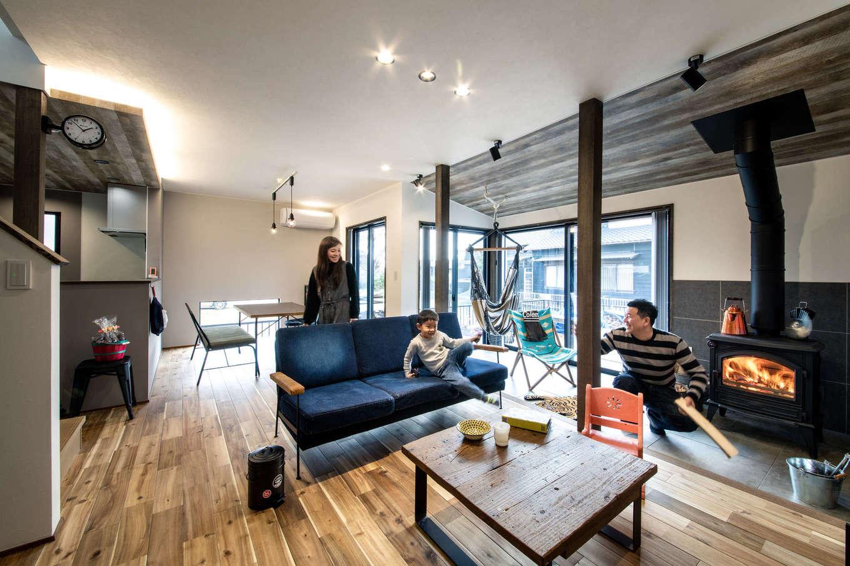ナイスホーム【デザイン住宅、間取り、インテリア】ヴィンテージモダンにデザインされた約20畳のLDK。まだら模様が美しい床は無垢のアカシア。リビングと隣接する土間は5畳のタイル張りで、薪ストーブの周りに家族が自然と集まる