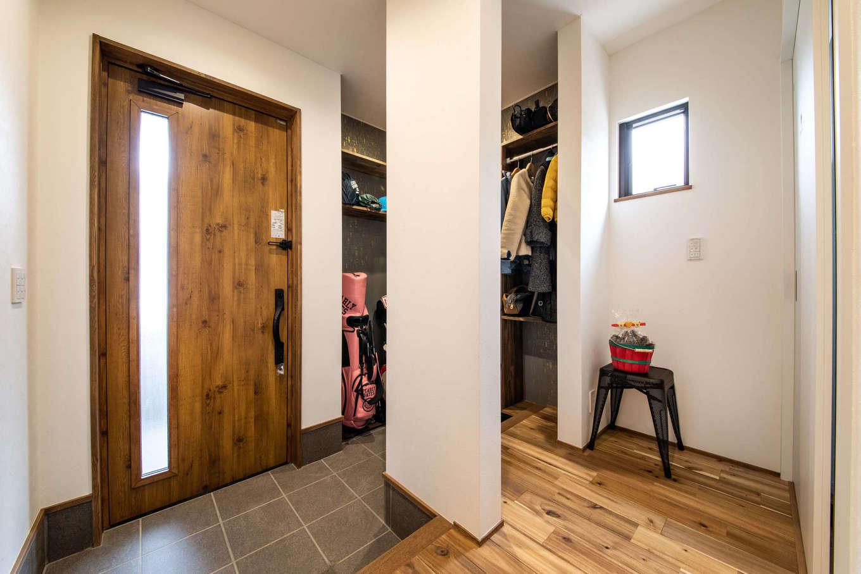 ナイスホーム【デザイン住宅、間取り、インテリア】ゴルフバッグやアウトドアグッズもすっぽり収まる玄関クローゼット。外着もポールに掛けて、お出かけ時もスムーズ