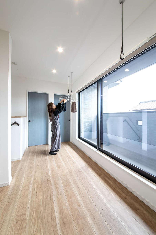 ナイスホーム【デザイン住宅、間取り、インテリア】2階のいちばん日当たりのいい場所を部屋干しスペースに。夜洗濯して干しても朝にはほとんど乾いているそう。もちろん、天気のいい日は、軒の深いバルコニーで外干しも行う
