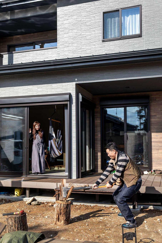 ナイスホーム【デザイン住宅、間取り、インテリア】ウッドデッキと広い庭のある暮らしを叶えたHさん夫妻。薪ストーブを導入したことで、休日の過ごし方がこれまでと劇的に変わったのは言うまでもない