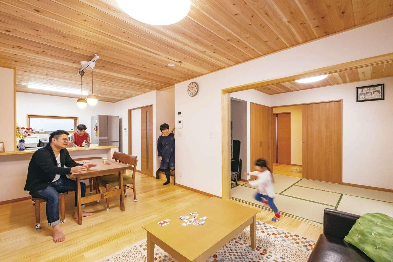 無垢材をふんだんに使ったLDK。当初はクロスを想定していたリビングの天井にも天然木を採用し、夏の湿度も気にならず快適。足裏へのあたりが柔らかい床材とともに、お気に入りのポイントになった。和室と繋げれば大人数が集まってもゆとりある空間が誕生する