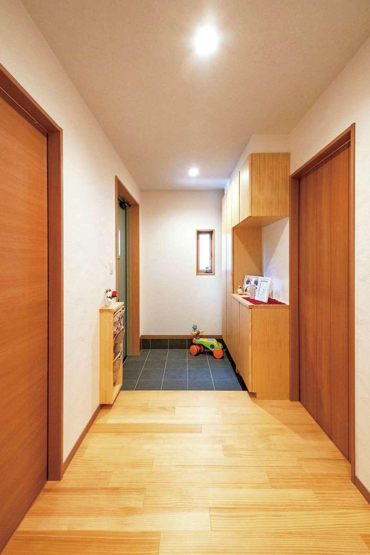 シンプルに整えられた玄関ホール。意外と置き場所やインテリアとの調和に悩むスリッパラックも造作にして統一感をキープ