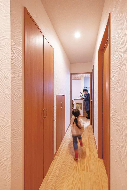 玄関ホールから水回りとキッチンを結ぶ動線。来客時に和室を通らずに行き来できる