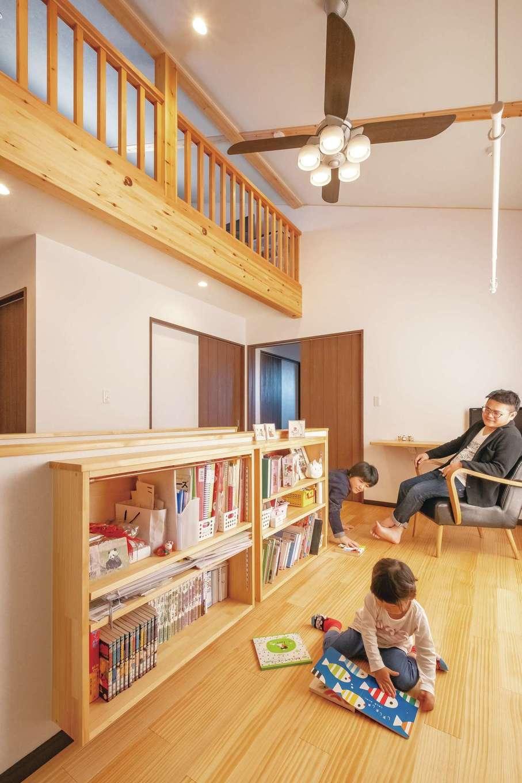 ロフトのある2階ホール。壁面を活用した造作の本棚で、ライブラリーコーナーや、家族のセカンドリビングにと活躍する