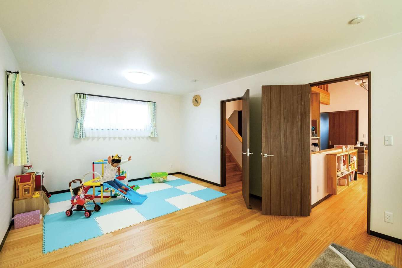 子ども部屋の入り口にはロッカーを造作。洗濯物の一時置き場や学用品の収納など、アイデア次第で使い方は自由