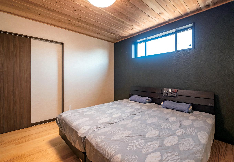 スギの天井が快眠を誘う寝室