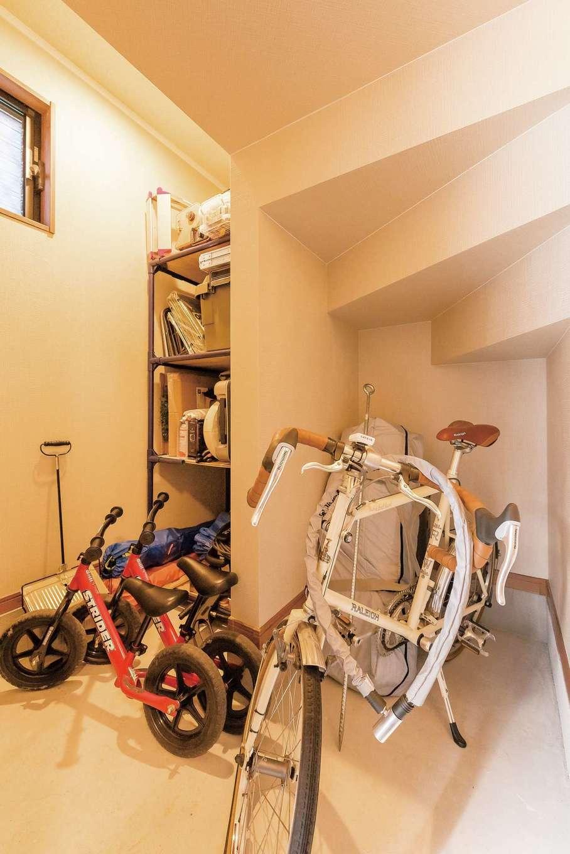 IDK 住まいの発見館【1000万円台、子育て、収納力】階段下のデッドスペースも取り込んで、ゆとりの広さを確保した玄関クローク。ご主人の趣味の自転車から子どものおもちゃまで、しっかり収納できる大容量空間