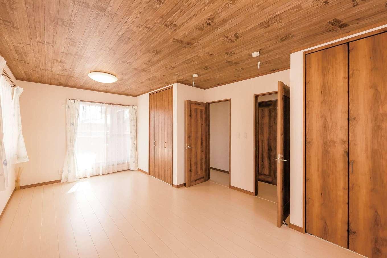 IDK 住まいの発見館【1000万円台、子育て、収納力】社宅にはなかった子ども部屋。広い空間を用意したいというご主人の思いがカタチになった。天井は建具と揃えた木調のクロスに