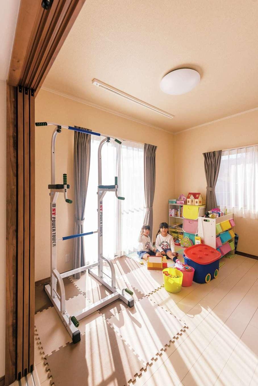 IDK 住まいの発見館【1000万円台、子育て、収納力】リビングに隣接した洋室は親と同居する際に居室として使う予定。壁 に納まる仕切り戸でフルオープンになり、キッチンからの視線も届く