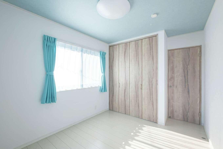 IDK 住まいの発見館【1000万円台、子育て、省エネ】子ども部屋は最初から2つの個室を用意。天井とカーテンはお子さまたちが好きな色を選んだ