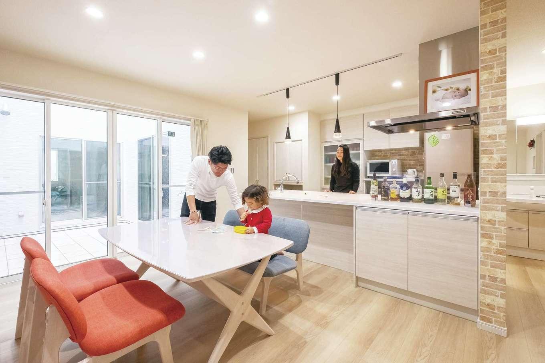 アフターホーム【1000万円台、デザイン住宅、子育て】キッチンにいるときも家族と会話したり、一緒に笑ったり、コミュニケーションが途切れることがない。料理上手なご主人なので夫婦でキッチンに立つことを想定し、広さ、対面式、回遊できることにこだわり、完成させた。奥行きのあるキッチンカウンターは、リビング側からカウンターテーブルとして使うこともできる