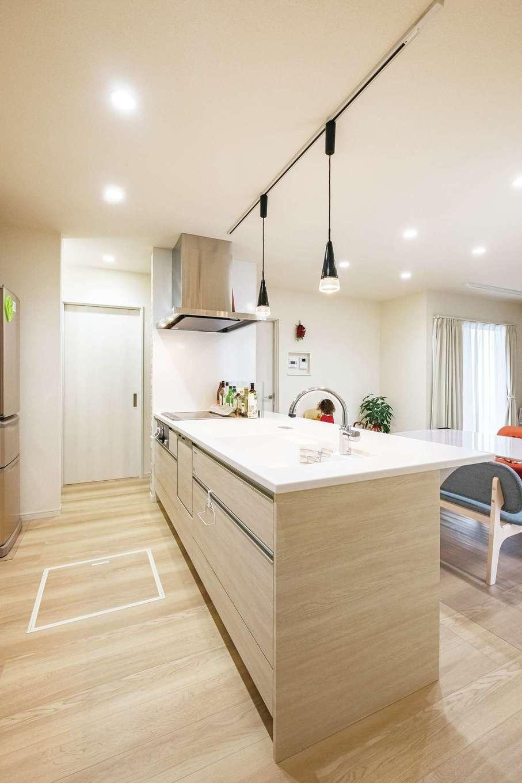 アフターホーム【1000万円台、デザイン住宅、子育て】キッチンは、片面が壁に接している人気のペニンシュラ型をチョイス。インテリア性と機能性を両立できた