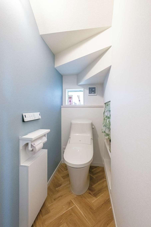 アフターホーム【1000万円台、デザイン住宅、子育て】トイレは階段下を上手に利用。広くスペースを取りたい場所、狭くてもいい場所と、メリハリのある賢いスペース使いによって、家族にとって暮らしやすい家に