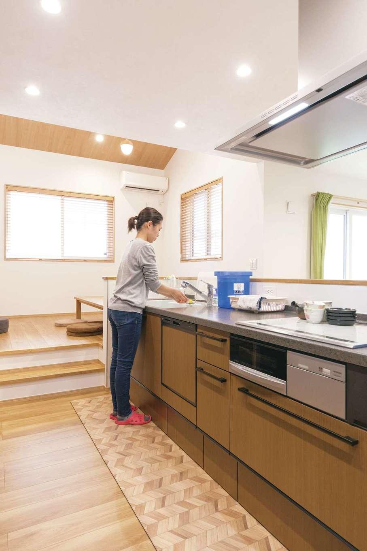 キッチンは家族を見渡せるリビングの中心に配置