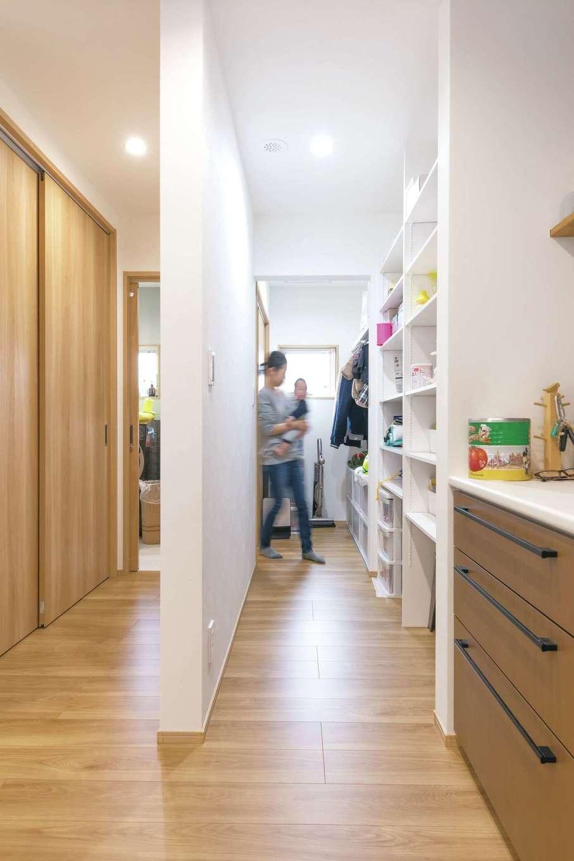 キッチンからパントリー、ファミリークローゼット、洗面脱衣室、浴室へとぐるっと回遊できる動線が、子育てママの家事時間を短縮する