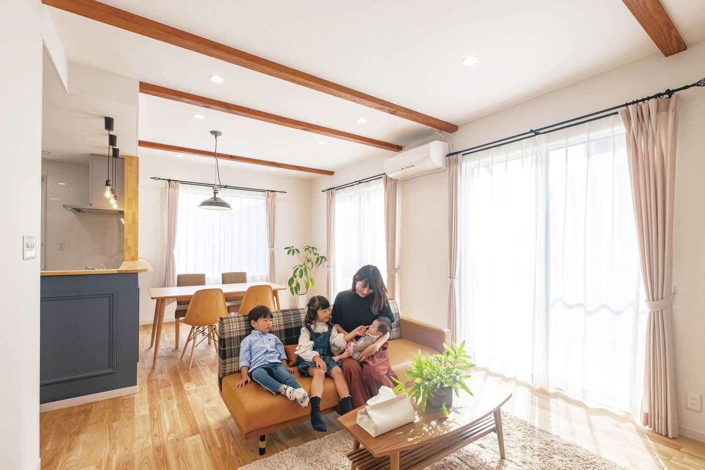 Art Wood Home (永建)【子育て、間取り、デザイン住宅】家族が集まってくるリビングにと要望を伝え、提案と相談を重ねながら細かな箇所まで11回の変更。最終的に「これでよかった」と大満足。人の温もりや気配を感じる温かなリビングが完成した