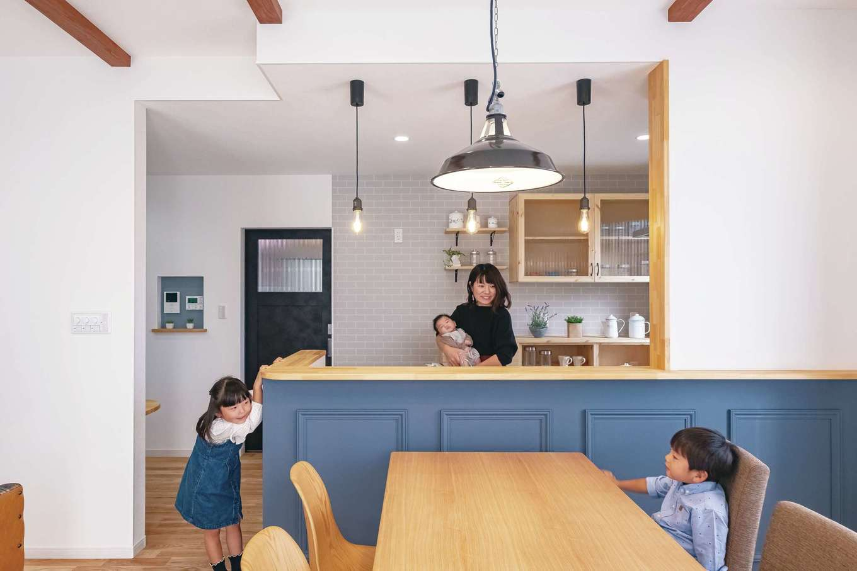 Art Wood Home (永建)【子育て、間取り、デザイン住宅】カウンターは何度も色味を試してもらい、イメージ通りに塗装