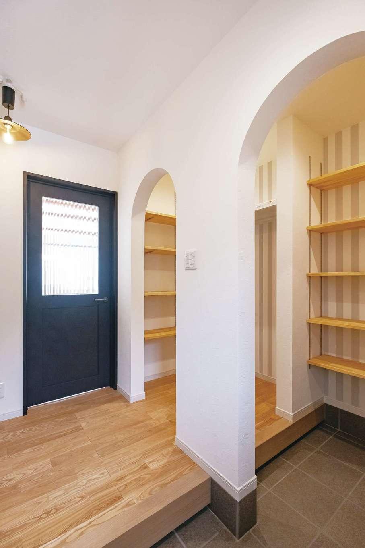 Art Wood Home (永建)【子育て、間取り、デザイン住宅】ベビーカーもそのまま収納できる玄関土間。靴もたっぷり収まり、コートも掛けられる