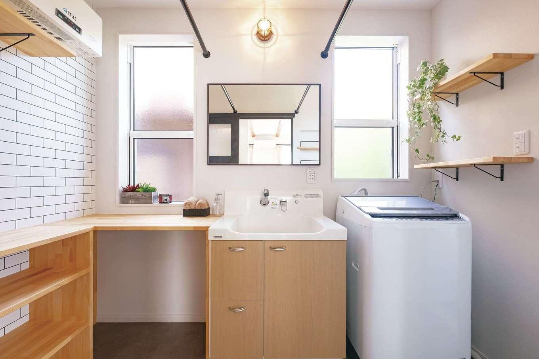 Art Wood Home (永建)【子育て、間取り、デザイン住宅】タオルニッチや造作の収納棚が便利な洗面脱衣所。物干しもあり、雨の日や花粉の季節は乾燥室に早変わり。カウンターでは洗濯物もたためる