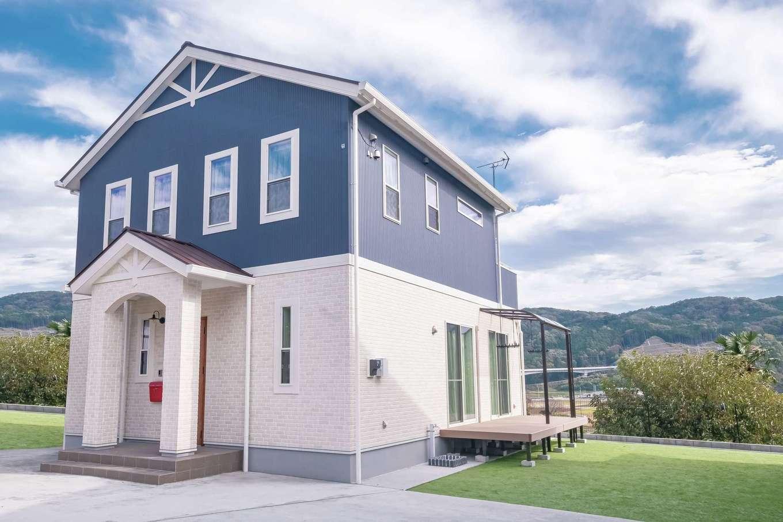 Art Wood Home (永建)【子育て、間取り、デザイン住宅】天気の良い日は、隣家に住むおじいちゃんとウッドデッキに腰掛けてひなたぼっこ。夏にはBBQも計画中だ