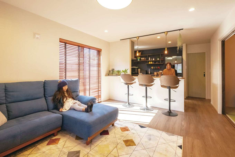 家族との会話が弾む「コミュニケーションリビング」。キッチンからは庭と玄関ポーチにも目が届く安心の間取り。水回りへも家事楽を考慮した動線が取り入れられている。キッチン背面の棚はご主人のDIY