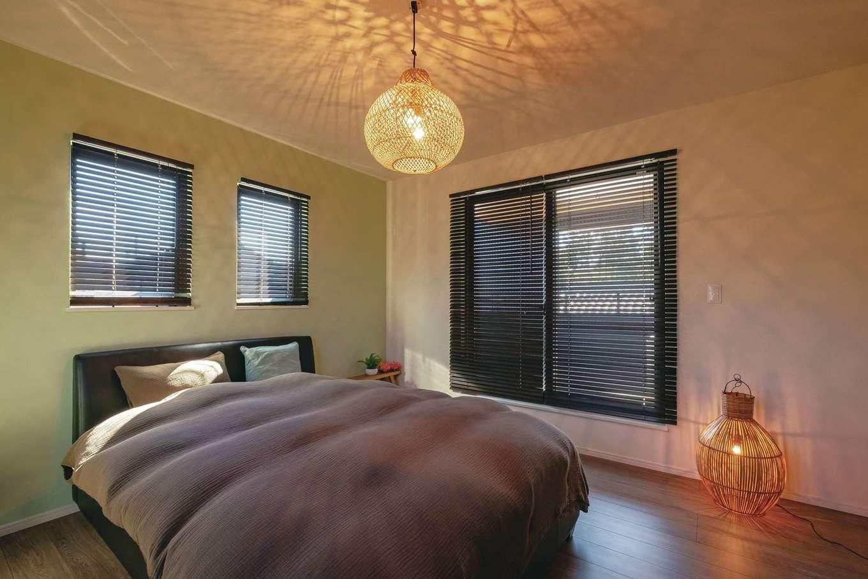 寝室は落ち着きのあるアクセントクロスを選んだ。アジアンテイストの照明を組み合わせて、リゾート感をアップ