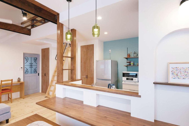 R+house沼津(HOUSE PLAN)【狭小住宅、平屋、インテリア】食事もできるよう幅を広めに設けたカウンターは時間帯でカフェやバーに早変わり。畳スペースに高さがあるので足を投げ出し腰かけることができる