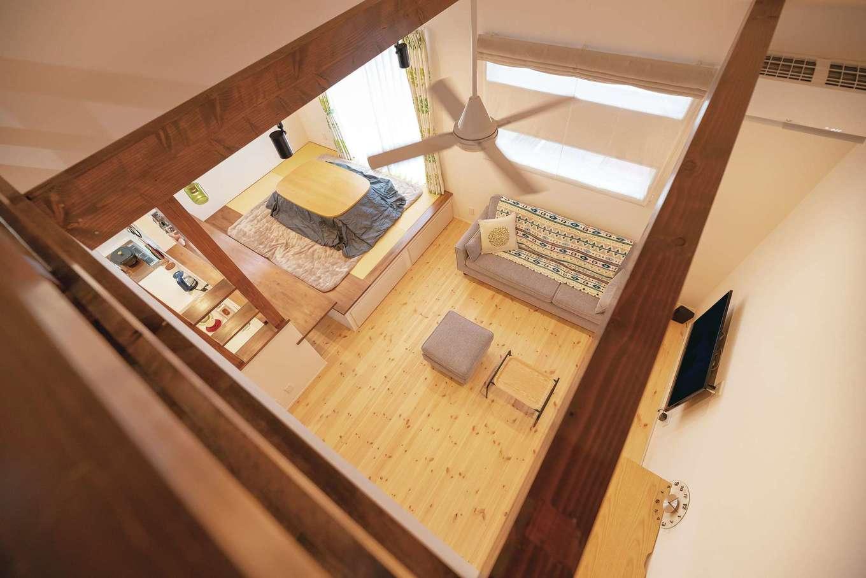 R+house沼津(HOUSE PLAN)【狭小住宅、平屋、インテリア】ロフトから見下ろすリビング。屋根の位置や高さなど何度も打ち合わせ平屋でも圧迫感のない空間に