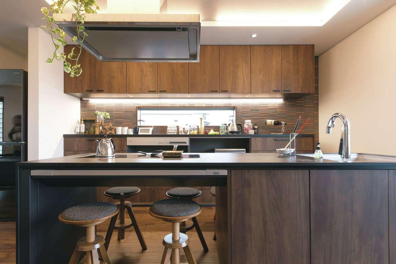 建築システム(狭小住宅専門店)【浜松市中区助信町9-16・モデルハウス】最新のアイランドキッチンは、そのままダイニングテーブルとしても使用できるため、空間にムダがなくなる。IHクッキングヒーターは、鉄板を置けばホットプレートに。家族揃っての食事が楽しくなる