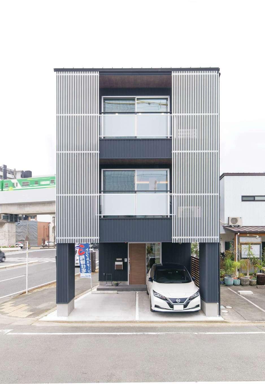 建築システム(狭小住宅専門店)【浜松市中区助信町9-16・モデルハウス】黒いガルバリウム鋼板とメタリックな格子がスタイリッシュな3階建て。19坪の土地を300%活用
