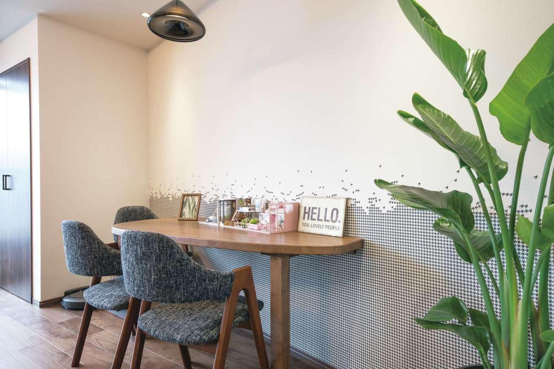 建築システム(狭小住宅専門店)【浜松市中区助信町9-16・モデルハウス】造作のテーブルは、カフェスペースや子どものスタディコーナーに
