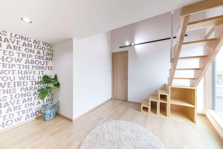 建築システム(狭小住宅専門店)【浜松市中区助信町9-16・モデルハウス】ロフト付きの子ども部屋。上り下りがしやすい階段も収納に活用