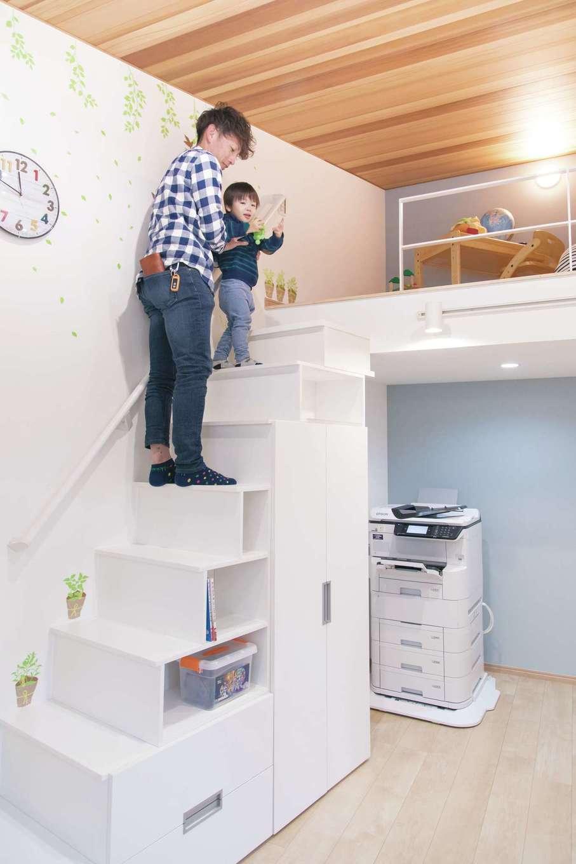 建築システム(狭小住宅専門店)【浜松市中区助信町9-16・モデルハウス】ロフト付きの子ども部屋。収納を兼ねた階段にすることで、空間を最大限活用している
