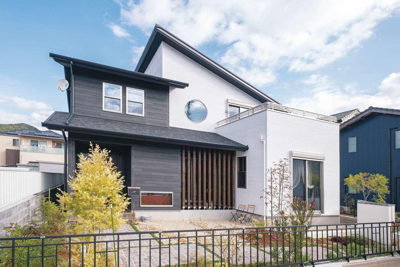 TDホーム静岡西 ウエストンホームズ【デザイン住宅、和風、自然素材】ゆったりとしたアプローチの奥に佇むY邸は、2階の丸窓と1階坪庭の木格子が外観のアクセント