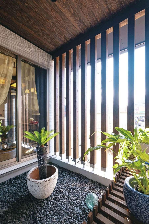 TDホーム静岡西 ウエストンホームズ【デザイン住宅、和風、自然素材】「ムダな空間こそが暮らしにゆとりを生む」と設えた坪庭は、和風に寄りすぎない趣でコーディネート。外と内とをゆるやかにつなげながら、LDKに光を届けている