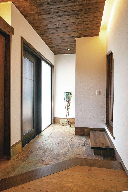 TDホーム静岡西 ウエストンホームズ【デザイン住宅、和風、自然素材】玄関には1枚1枚表情が異なる天然の錆び石。向かって右側が和室に続く格子戸