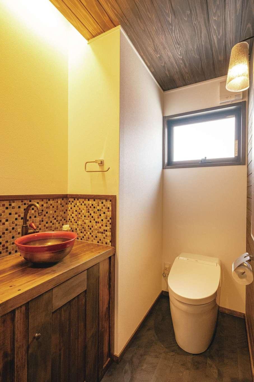 TDホーム静岡西 ウエストンホームズ【デザイン住宅、和風、自然素材】トイレは手洗いカウンターにこだわって造作。洗面ボウルの赤が落ち着いた空間に映える