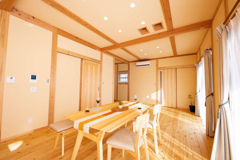 だいはるの家/大春建設【収納力、自然素材、間取り】天井高2,700mmの開放感に満ちたLDK。構造材はもちろん、床、梁、建具、家具に至るまですべて天然の無垢材を標準で使用。使い込むほどに味わいが増してきて、時とともに飴色に変化していく