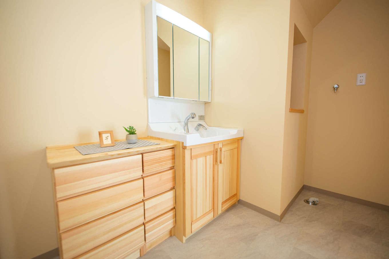 だいはるの家/大春建設【収納力、自然素材、間取り】「夢ハウス」オリジナルの洗面化粧台とチェスト。無垢材で造ることにより、家全体に統一感が生まれた