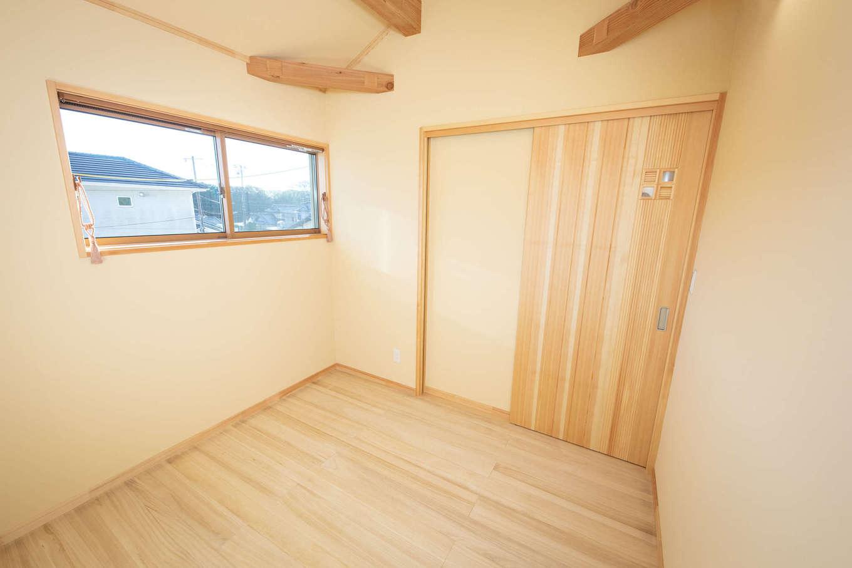 だいはるの家/大春建設【収納力、自然素材、間取り】2階の子ども部屋。防犯を考慮して窓は小さめに。子どもが小さいうちは9畳のワンルームとして使い、成長に応じて間仕切りすることもできる