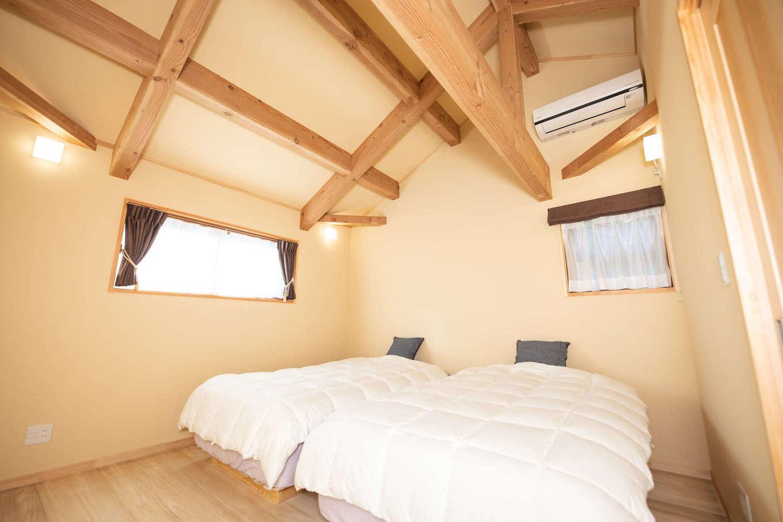 だいはるの家/大春建設【収納力、自然素材、間取り】寝室も天井の梁を見せてニュアンスを出した。珪藻土クロス、断熱樹脂サッシで結露がなく、遮熱シートが暑さを防ぐので光熱費も節約できる