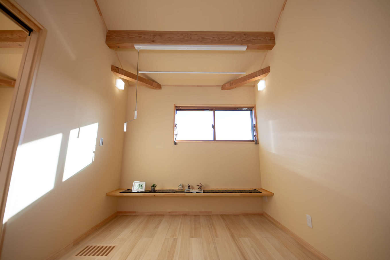 だいはるの家/大春建設【収納力、自然素材、間取り】2階ファミリースペース。家族共有のカウンターを造作し、本を読んだりパソコンをしたり、自由気ままに過ごす。呼吸する無垢材と調湿効果の高い珪藻土クロスの効果で、室内干しもよく乾く