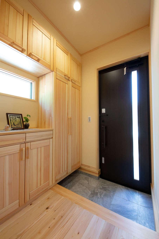 だいはるの家/大春建設【子育て、自然素材、狭小住宅】すっきりとした玄関ホール。美しく収まった無垢材のシューズクロークは、匠の伝統技術と想いが込められている