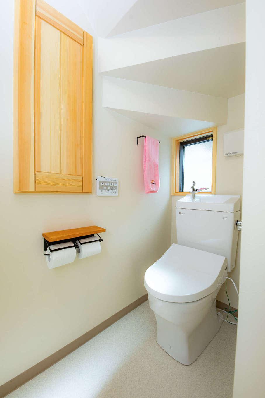 だいはるの家/大春建設【子育て、自然素材、狭小住宅】階段下のデッドスペースを活かして作ったトイレ。窓も設置して、十分な明るさを確保した。造作の収納棚も重宝している