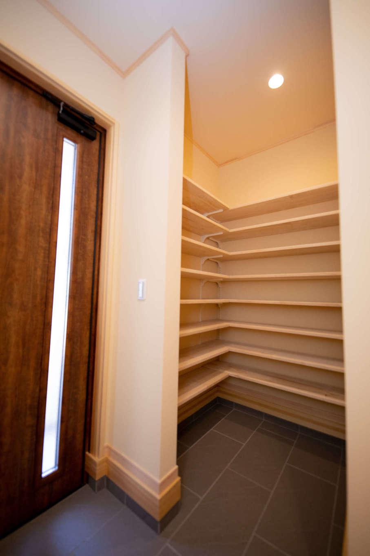 だいはるの家/大春建設【収納力、自然素材、間取り】L字型のシューズクロークで賢く、たっぷり収納。ゲストからも見えにくく、玄関をいつもきれいにすっきりと見せられる