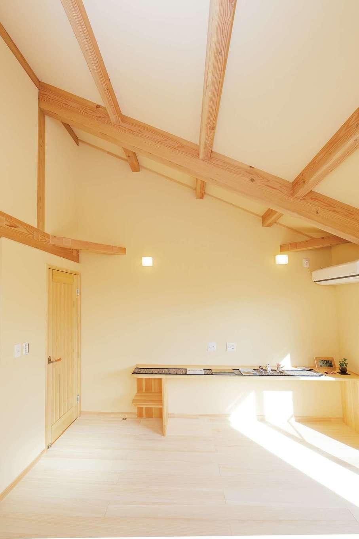 だいはるの家/大春建設【収納力、自然素材、間取り】勾配天井でより開放感が生まれた寝室。床、現しの梁、建具、カウンターまで、すべて無垢材で仕上げられており、自然素材の心地良い空気に満たされている