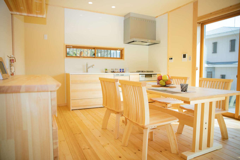 だいはるの家/大春建設【収納力、自然素材、間取り】天然木を惜しみなく使ったナチュラルテイストのLDK。無垢の床の経年変化も楽しみ。スタディコーナー、収納も職人の手づくり。家具も「夢ハウス」のオリジナルで、空間をあたかかい雰囲気にコーディネートした